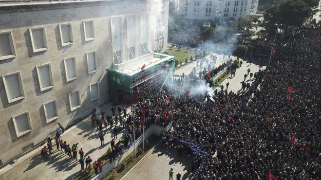 governo, molotov, opposizione in piazza, tensione, Tirana, Edi Rama, Lulzim Basha, Sicilia, Mondo