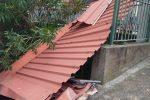 Forte vento a Paola: tettoia divelta finisce in strada, ribaltato un camion