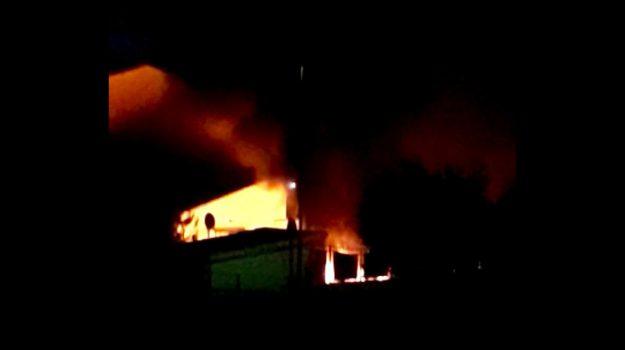 incendio, magazzino corigliano, Cosenza, Calabria, Cronaca