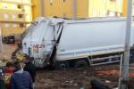 Reggio, un camion dell'Avr rimane bloccato ad Arghillà