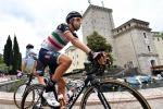Cyclist Aru gives pope his bike