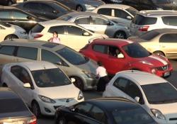 Questo parcheggio a Bangkok è talmente affollato che gli automobilisti si contendono ogni millimetro