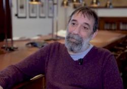 Emanuele Trevi: «Le parole sono una sfida alla solitudine» Lo scrittore si racconta a partire dal libro «Sogni e favole» (Ponte alle Grazie) - Corriere Tv