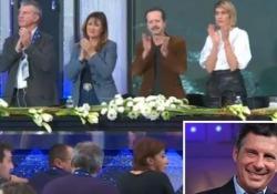 Il momento, in apertura della conferenza stampa, è commovente