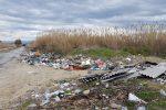 Emergenza ambientale a Rosarno, lastre di eternit alla foce del Mesima