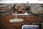 Madrid, migliaia in piazza contro il premier Pedro Sanchez