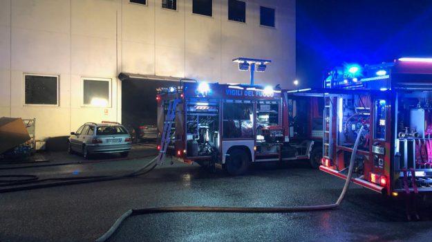 incendio concessionaria rende, vigili del fuoco cosenza, Cosenza, Calabria, Cronaca