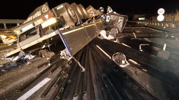 camion ribaltato sulla A2, camion si ribalta, incidente autostrada del mediterraneo, Catanzaro, Reggio, Calabria, Cronaca