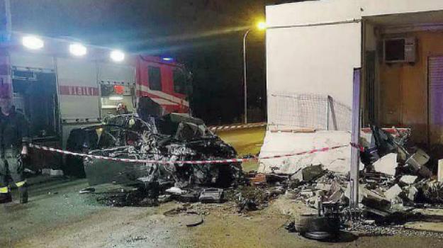 auto contro muro milazzo, incidente milazzo, milazzo grave incidente, Messina, Sicilia, Cronaca