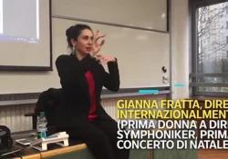Gianna Fratta è stata la prima donna a dirigere il concerto di Natale in Senato. La scena è stata ripresa alla scuola di direzione aziendale della Bocconi