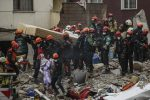 Crolla un palazzo a Istanbul, ci sono delle vittime