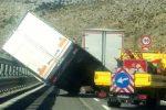 Forte vento a Castrovillari e nel Pollino, si ribalta il rimorchio di un tir: traffico in tilt in autostrada