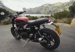 Triumph Speed Twin: la prova Una moto moderna, vestita da classica. Tecnologica e semplice. E versatile: in modalità «passeggiata» e in quella sportiva, le soddisfazioni non mancano. Ecco pregi e difetti - Corriere Tv