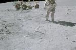 L'astronauta John Young raccoglie campioni durante una missione dell'Apollo 16, ad aprile 1972 (Fonte: NASA)