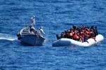 A Messina i migranti salvati dalla Marina militare