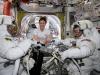 Lastronauta Christina Koch (al centro) con i colleghi Nick Hague (a sinistra) e Anne McClain mentre preparavano le tute per la passeggiata spaziale del 22 marzo (fonte: NASA)