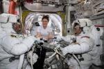 L'astronauta Christina Koch (al centro) con i colleghi Nick Hague (a sinistra) e Anne McClain mentre preparavano le tute per la passeggiata spaziale del 22 marzo (fonte: NASA)