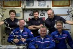 I membri dell'equipaggio Expedition 59: Anne McClain, Oleg Konoenko, e David Saint-Jacques danno il benvenuto ai nuovi membri Nick Hague, Christina Koch, e Alexey Ovchinin (fonte: NASA TV)