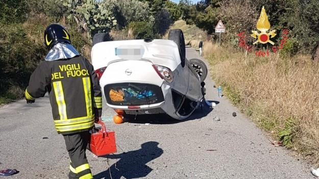 auto ribaltata, incidente, petricciolo alli, Catanzaro, Calabria, Cronaca