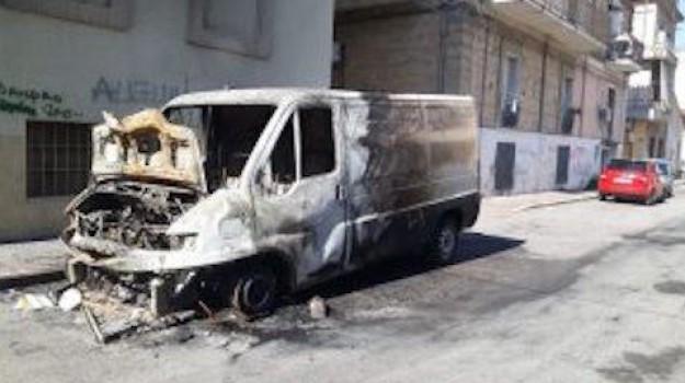 atto doloso, Corigliano Scalo, furgone in fiamme, vigili del fuoco, Cosenza, Calabria, Cronaca