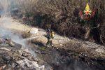 A fuoco cumuli di rifiuti in una discarica abusiva a fuoco a Lamezia