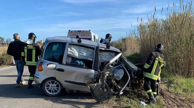 incidente mortale strongoli, omicidio stradale, Statale 10, Catanzaro, Calabria, Cronaca