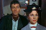 Dick Van Dyke e Julie Andrews in una scena del film Mary Poppins (1964). Roma, 15 settembre 2015. ANSA/ INTERNET +++ ANSA PROVIDES ACCESS TO THIS HANDOUT PHOTO TO BE USED SOLELY TO ILLUSTRATE NEWS REPORTING OR COMMENTARY ON THE FACTS OR EVENTS DEPICTED IN THIS IMAGE; NO ARCHIVING; NO LICENSING +++