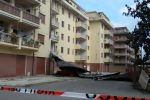 Cirò Marina, tetto staccato dal vento travolge un'auto: donna viva per miracolo