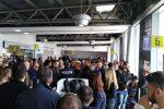 Volo dirottato a Catania, a terra oltre cento passeggeri a Lamezia - Foto