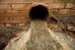 Liquami di fogna a Cosenza, l'acqua finisce nel Crati: a rischio un muro sulla strada principale