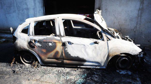 assessore Artusa, auto in fiamme, colpi di pistola contro il garage, intimidazione, Giuseppe Artusa, Catanzaro, Calabria, Cronaca