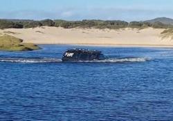Attraversare il fiume col fuoristrada? Nessun problema per questi australiani La scena ripresa da un gruppo di turisti «increduli» - CorriereTV
