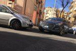 Dà fuoco all'auto con all'interno la ex moglie e fugge: caccia all'uomo a Reggio Calabria