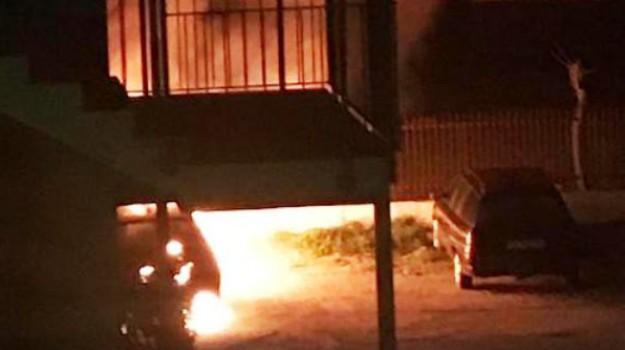 attentato incendiario, auto incendiata schiavonea, Cosenza, Calabria, Cronaca