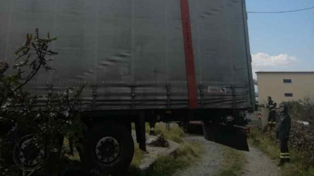 Reggio, camion finisce fuori strada a San Gregorio: intervengono i pompieri