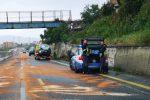 Olio sull'asfalto, dieci auto sbandano in autostrada: traffico bloccato fra Villa e Gallico