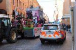 Bimbo di due anni e mezzo cade da un carro di Carnevale a Bologna, è grave