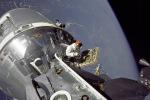 Nella passeggiata spaziale del 6 marzo 1969 il pilota del modulo lunare Russell Schweickart, fotografa il pilota del modulo di comando David Scott (fonte: NASA / Russell L. Schweickart)