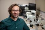 L'antropologo Andrew Gillreath-Brown, che ha scoperto in un archivio di reperti di un museo degli Stati Uniti i più antichi aghi da tatuaggio del Nord America (fonte: Bob Hubner/WSU)