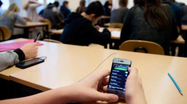 cellulare a scuola, cyberbullismo, mattino cinque, Marco Bussetti, Sicilia, Società