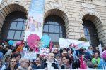 """Famiglia, a Verona la marcia dei 10mila: """"Basta utero in affitto"""""""