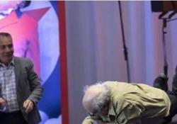 Danny DeVito cade rovinosamente durante la presentazione di «Dumbo» L'incidente a Città del Messico. Nessuna conseguenza seria per l'attore 74enne - Corriere Tv