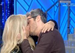 Domenica In, Mara Venier bacia Pif e poi commenta: «Ma sei de legno...» Virale sul web il bacio con l'attore e regista che ha mostrato tra le risate dello studio il bacio «cinematografico» - Corriere Tv