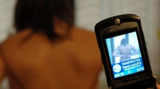 foto moglie nuda, Messanger, stalking, UnAnnodiNotizie2019, whatsapp, Cosenza, Calabria, Cronaca
