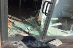 Furto in centro a Lamezia: sfondano la vetrina di un negozio e rubano l'incasso - Foto