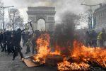 Guerriglia e saccheggi, i gilet gialli devastano Parigi