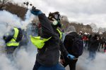 I gilet gialli terrorizzano Parigi, saccheggi e devastazioni sugli Champs-Elysees