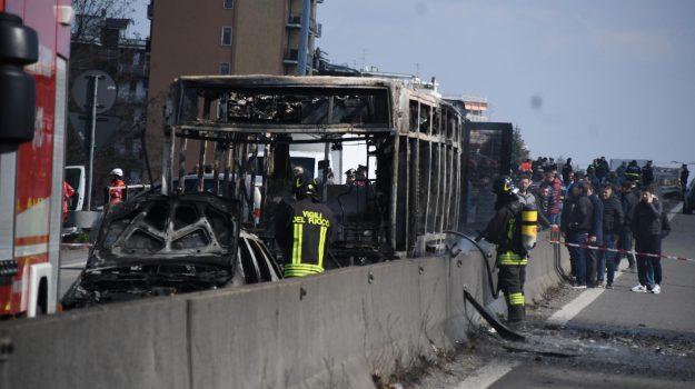 Dirotta un bus e appicca il fuoco, terrore a Milano per una scolaresca - Foto