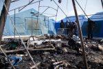 Si continua a morire a San Ferdinando, le foto dopo il rogo nella tendopoli che ha ucciso un migrante ospite