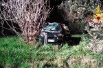 Auto fuori strada a Mendicino, ferito il conducente